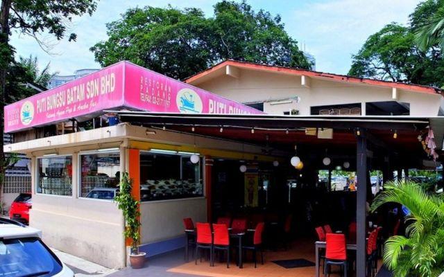 Makanan Padang di sini juga favorit orang Malaysia, lho!