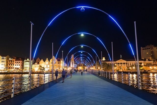 Jembatan Queen Emma saat malam hari