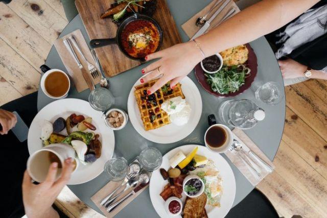 Tips Traktir Keluarga dan Teman dengan Gaji Pertama