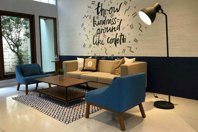 Desain interior warna biru Gambir Villa di Jakarta karya Fabelio