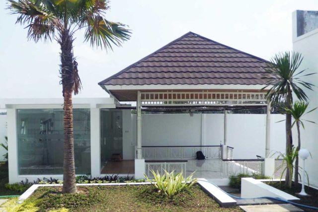 Desain gazebo taman minimalis Indische House di Yogyakarta karya Vastu Cipta Persada