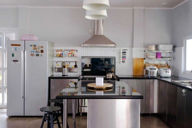 Meja dapur i45 House di Jakarta karya Lukemala Creative Studio