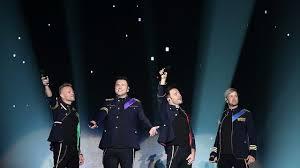 Westlife hadir dan membawakan lagu-lagu dari band Queen