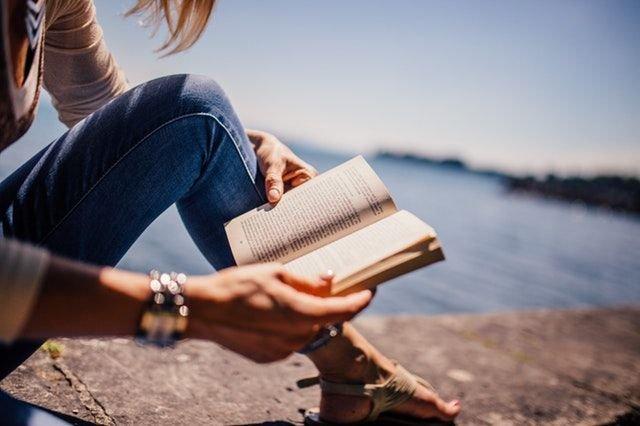 Membaca novel bahasa Inggris akan melatih otakmu terbiasa dengan bahasa Inggris
