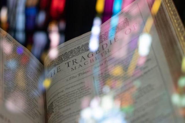 Cobalah baca karya-karya Shakespeare, kamu akan belajar banyak kosakata baru