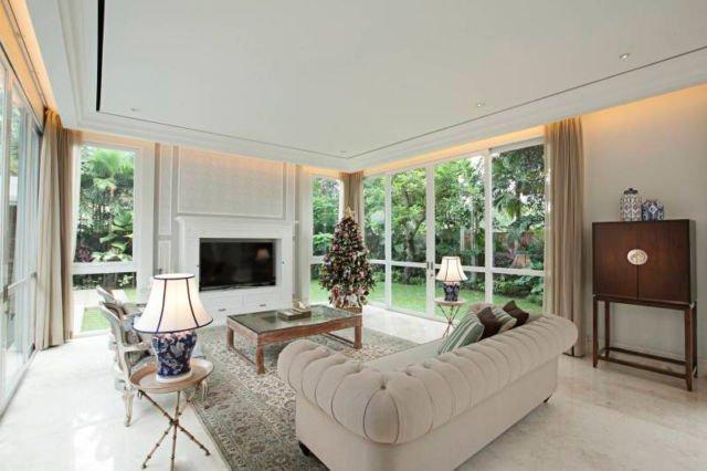 Ruang keluarga bergaya American Classic, proyek Taman Cilandak House oleh Adria Yurike Architects
