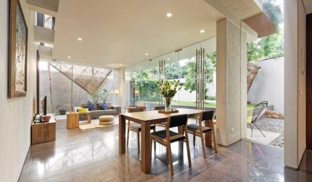 Tema warna cokelat pada ruang keluarga instagramable di Deeroemah karya Gets Architects