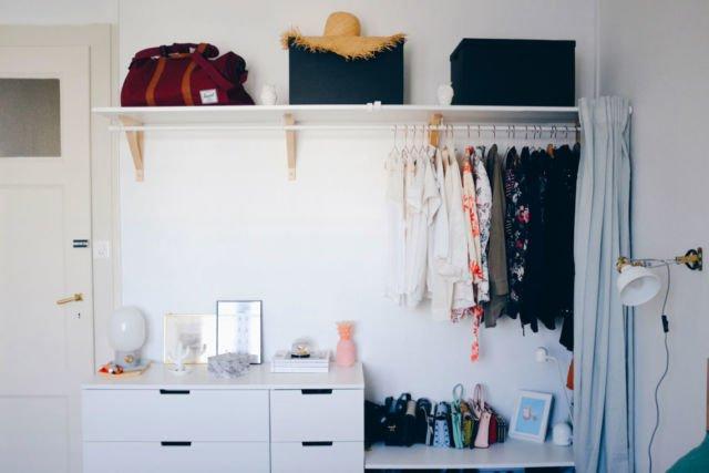 Gantungan baju minimalis dalam kamar yang instagramable