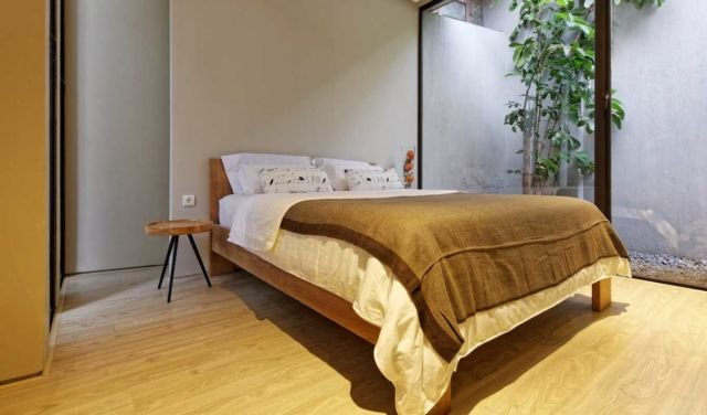 Kamar tidur yang instagramable menggunakan seprai polos Deeroemah karya Gets Architects
