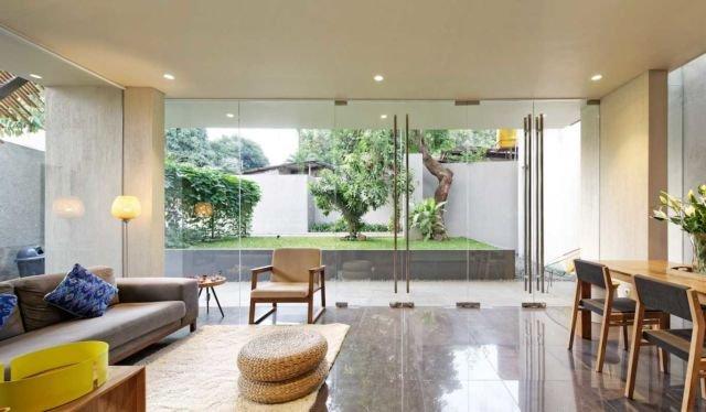 Ruang tamu yang instagramable menggunakan karpet berbulu di Deeroemah karya Gets Architects