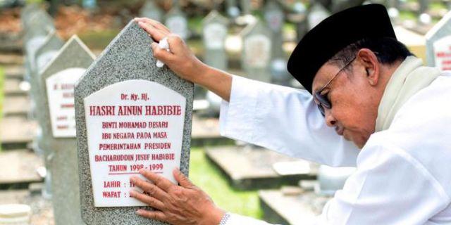 Habibie di makam Ibu Ainun.