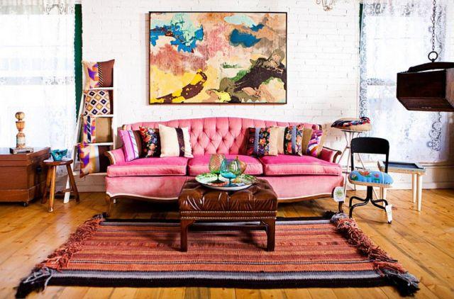 Warna berani dan tekstur yang kaya di ruang tamu bergaya boho chic yang cantik