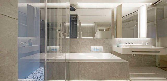 Tempat penyimpanan di area bathtub dan wastafel, kamar mandi Ize Hotel oleh Antony Liu Ferry Ridwan Studio Tonton