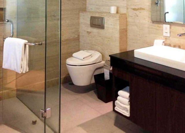 Tempat penyimpanan di bawah wastafel, kamar mandi Golden Tulip Devinz Skyvilla oleh Monokroma Architect