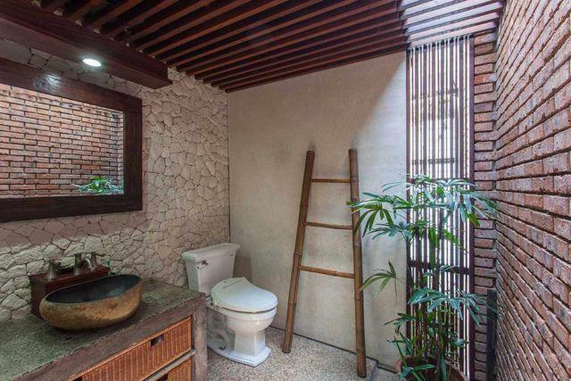 Tempat penyimpanan peralatan mandi model tangga, kamar mandi Tanjung Mas House oleh Inspiratio