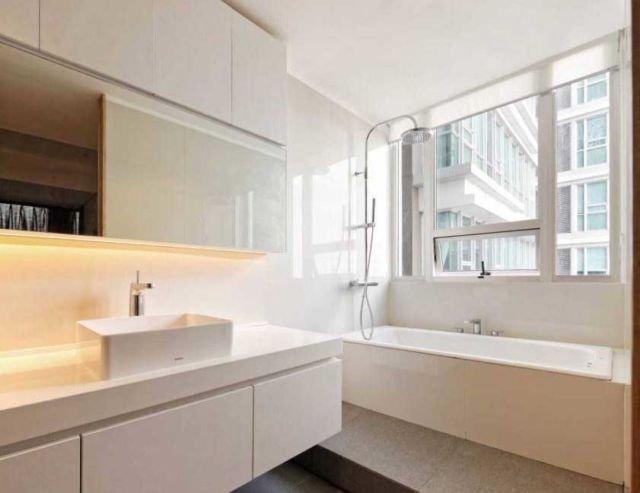 Tempat penyimpanan perlengkapan mandi di dinding, kamar mandi Apartment at Kemang oleh Atelier Prapanca