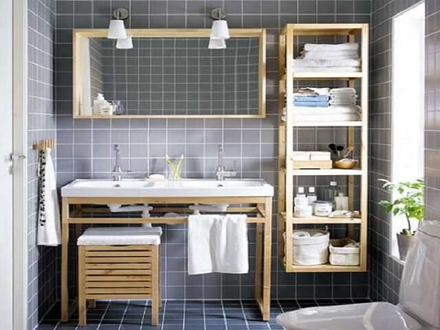 Tempat penyimpanan kamar mandi dengan rak gantung terbuka