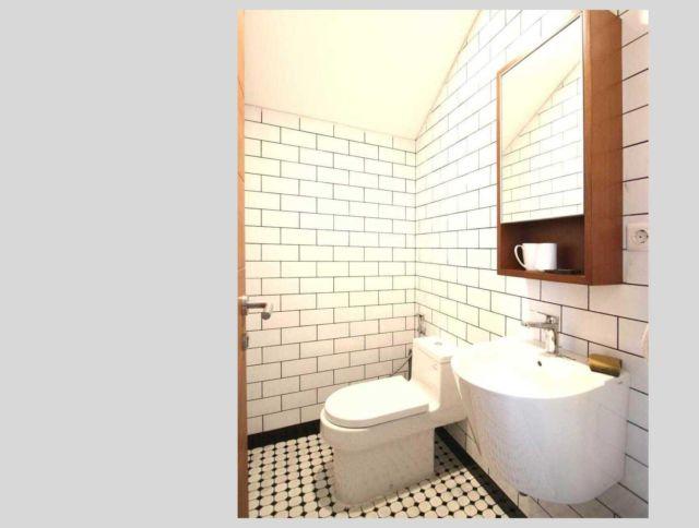 Tempat penyimpanan di balik cermin, kamar mandi Foresta Fiore House oleh DDAP Architect