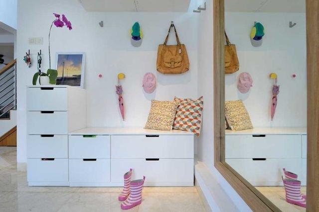 Cermin horizontal menciptakan ilusi visual dalam apartemen minimalis super mungil