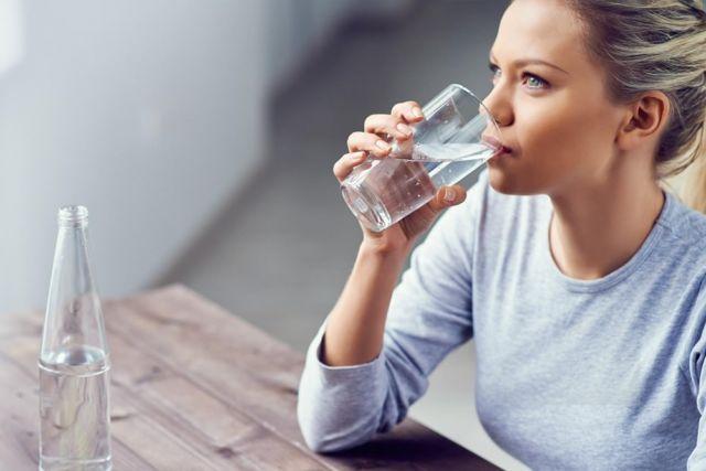 Seorang Wanita Minum Air Bersih