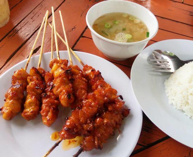 Sajian Sate Ayam Merah dengan Kuah dan Nasi - Photo by Marisa Prima