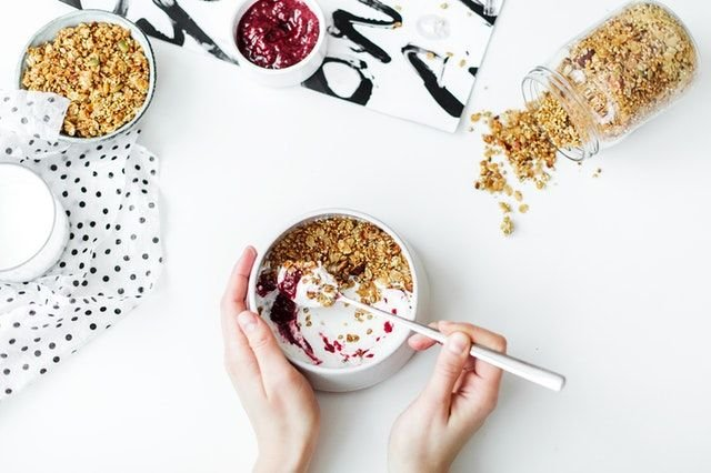 menyantap yogurt dengan oat