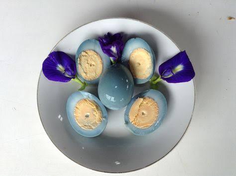 Telur biru dengan pewarna alami (Bunga Telang)