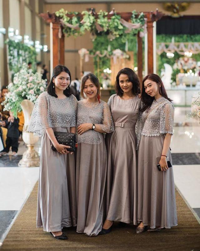 14 Ide Gaun Bridesmaid Dari Kain Tile Akar Yang Sedang Tren Kompak Hitsnya Sama Manten