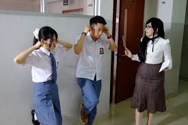 Siswa dan Siswi di Hukum Guru nya