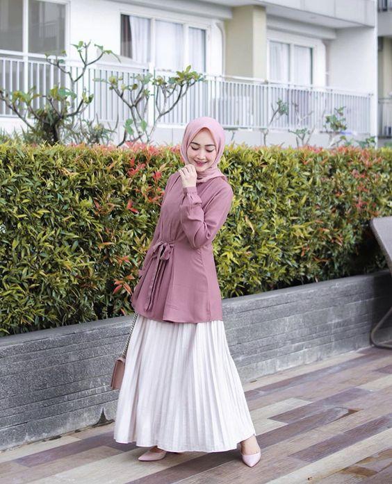 8 Trik Cerdas Memadukan Hijab dan Rok Plisket Putih. Psst ...