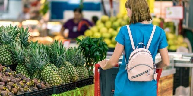 List what to buy (Photo by : Artem Beliaikin)