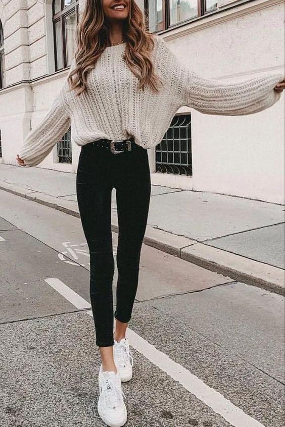 Sweater dan jeans saat musim hujan