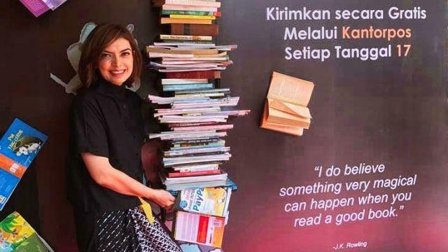 Mba Nana menjadi Duta Baca Indonesia.