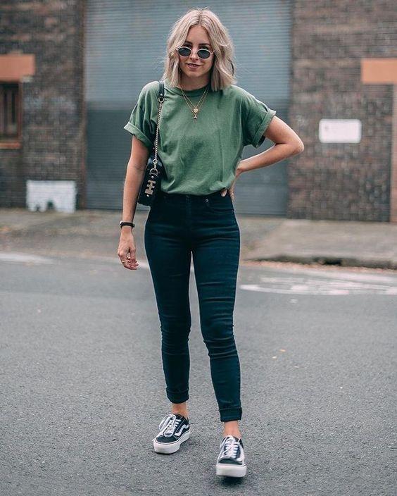 outfit nyantai dengan kaos dan jeans