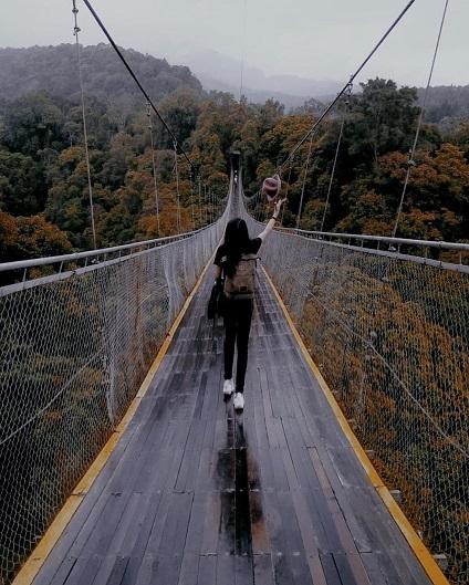 Pacu Adrenalin Lewati Jembatan Situ Gunung
