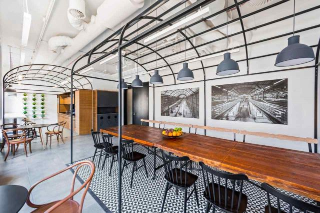 Desain ruang makan yang terinspirasi stasiun kereta api kota