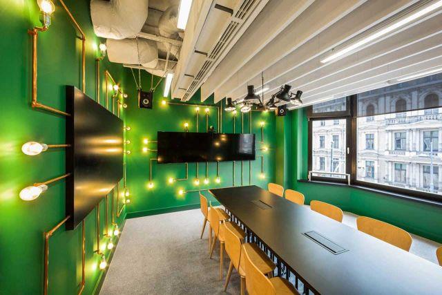 Bentuk lampu dan warna dinding yang terinspirasi dari sirkuit komputer