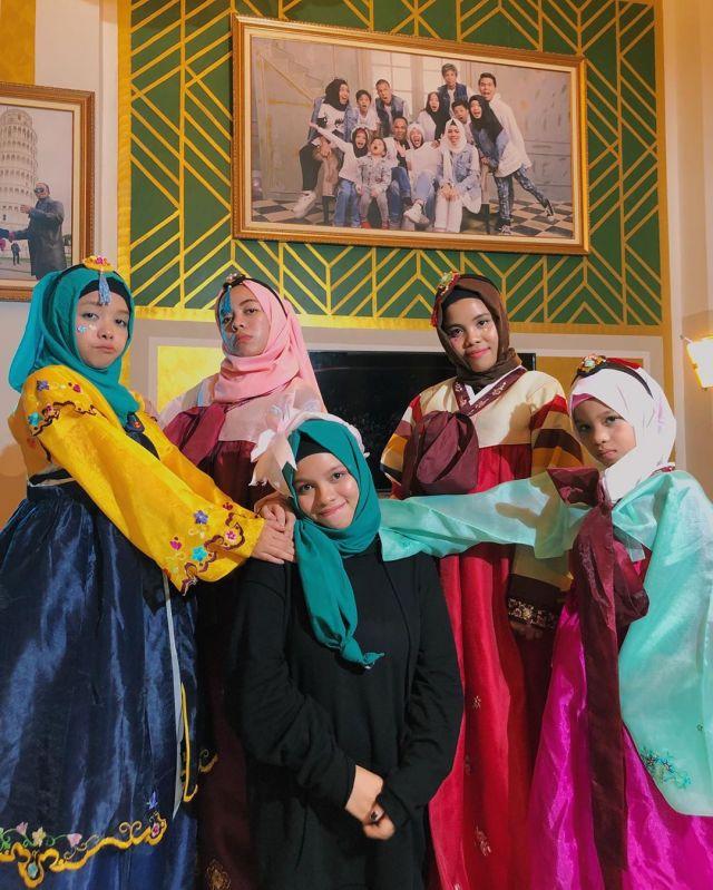 Mengulik Gaya Hijab Keluarga Halilintar yang Banyak ...