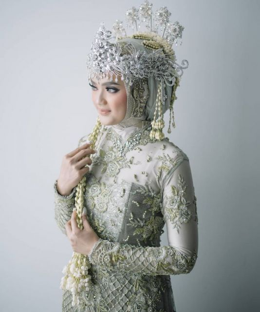 Pengantin Sunda Siger Berhijab / Foto : @meine.photo / MUA : @galleryofsinta
