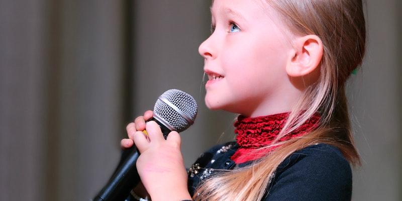 anak mengenggam mic (pexels.com/pixabay)