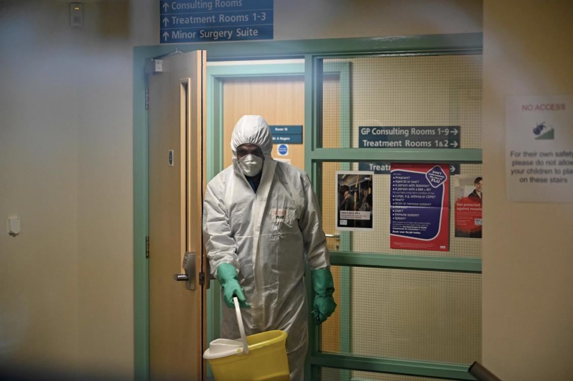 Jarang Dapat Sorotan Petugas Cleaning Service Juga Layak Diapresiasi Di Tengah Pandemi