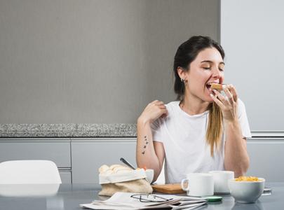 Seorang wanita sedang makan