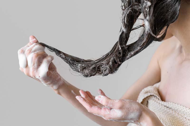 wanita mencuci rambut