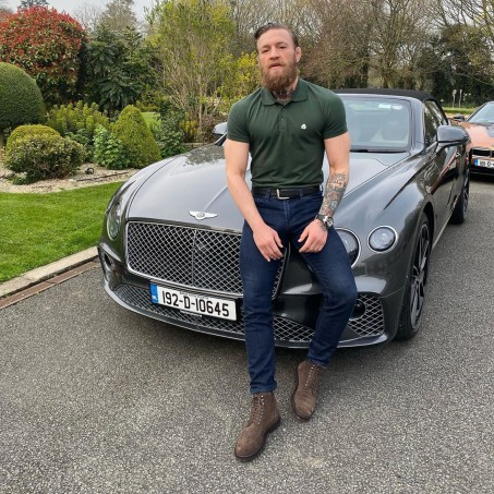 McGregor dengan polo shirt dan jeans (@thenotoriousmma)
