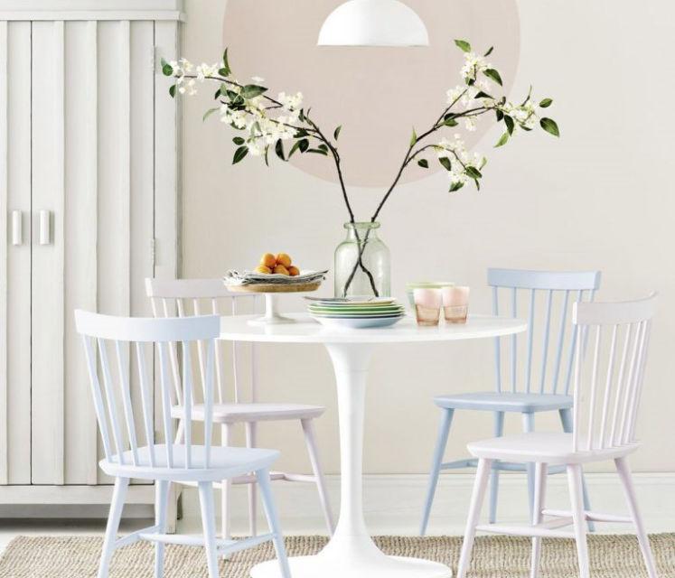 Ruang makan serba putih dengan meja bulat