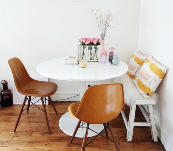 Ruang makan sudut dengan kursi bakso panjang