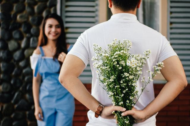 Datengin rumah si doi bawa karangan bunga