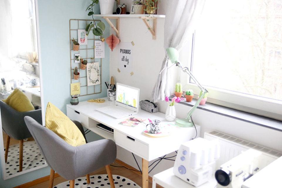 Meja minimalis dengan laci di sudut kamar karya Lisa