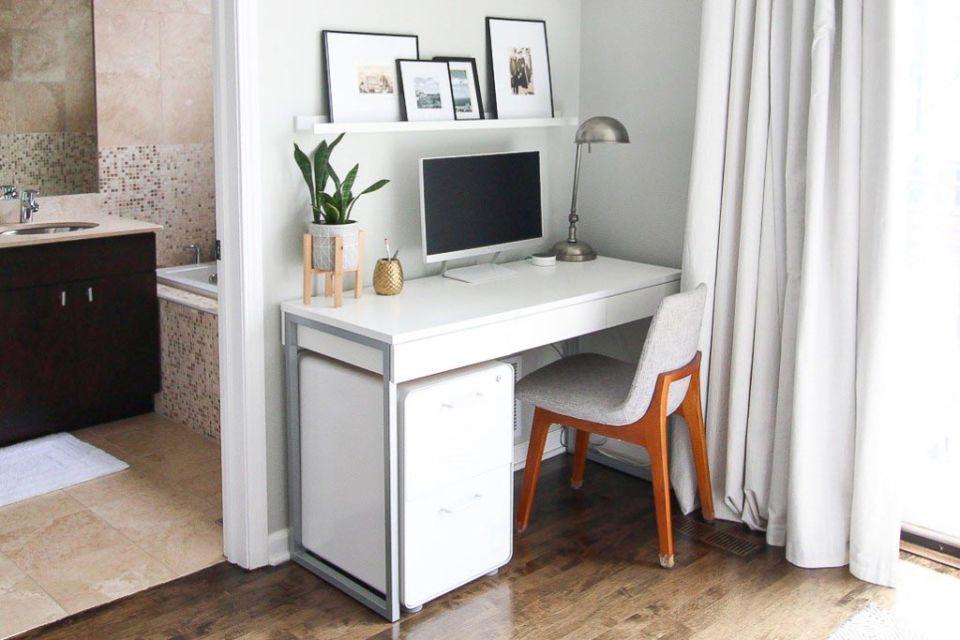 Meja minimalis dengan kaki besi karya Casey