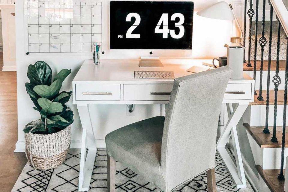 Kreasi meja kerja minimalis dengan kaki berbentuk silang karya @prettyinthepines